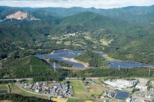 山を 崩して 開発された メガソーラー施設と 環境問題の写真素材 [FYI03120220]