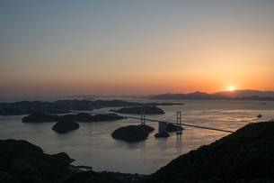 来島海峡の 日の入りの写真素材 [FYI03120228]