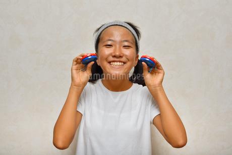 カスタネットで演奏する女の子の写真素材 [FYI03120287]