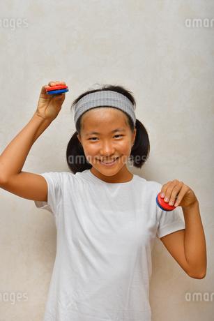 カスタネットで演奏する女の子の写真素材 [FYI03120289]