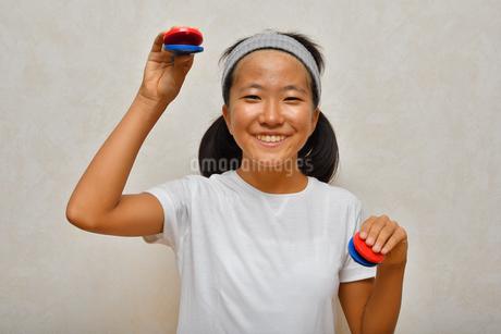 カスタネットで演奏する女の子の写真素材 [FYI03120290]