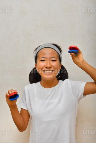 カスタネットで演奏する女の子の写真素材 [FYI03120292]