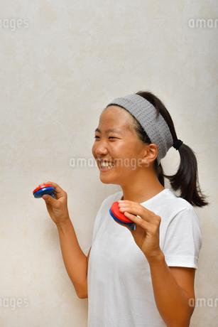 カスタネットで演奏する女の子の写真素材 [FYI03120293]