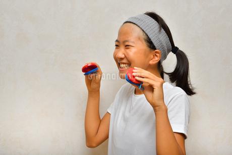 カスタネットで演奏する女の子の写真素材 [FYI03120294]