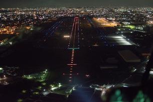 夜景空撮 空港滑走路 コックピットよりの写真素材 [FYI03120325]