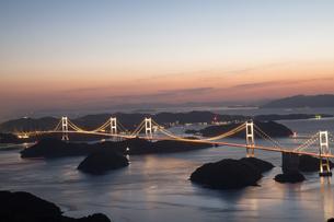 夕暮れ しまなみ海道 ライトアップの写真素材 [FYI03120433]