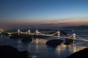薄暮 しまなみ海道 ライトアップの写真素材 [FYI03120434]
