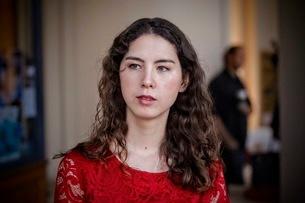 赤いドレスの女性の写真素材 [FYI03120549]