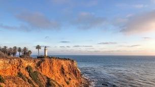 夕陽の海の灯台の写真素材 [FYI03120552]