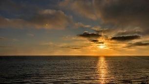 太平洋に沈む夕陽 カリフォルニア州の写真素材 [FYI03120553]