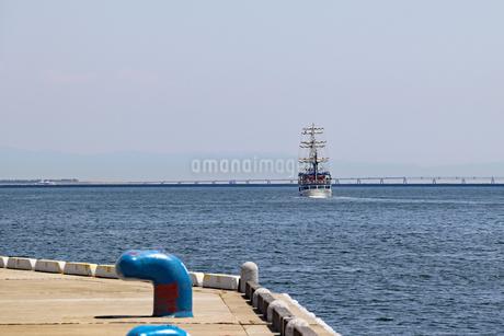 沖合を航行する帆船の写真素材 [FYI03121058]