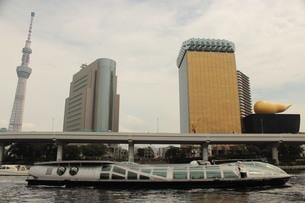 墨田のシンボルと水上バスの写真素材 [FYI03121080]