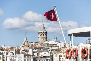 トルコ国旗越しに見るガラタ塔の写真素材 [FYI03121117]