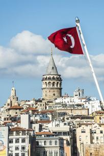 トルコ国旗越しに見るガラタ塔の写真素材 [FYI03121118]