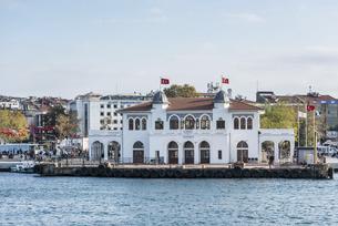 カドゥキョイ港に建つ多くのアーチを見る建物の写真素材 [FYI03121128]