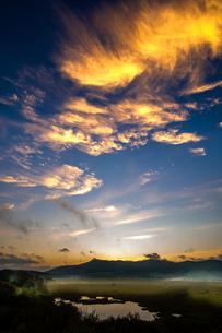 霧晴れて朝焼けの空見せる霧ヶ峰高原八島ヶ原湿原の写真素材 [FYI03121169]