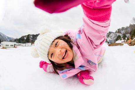 雪山でカマクラに入る子供の写真素材 [FYI03121197]