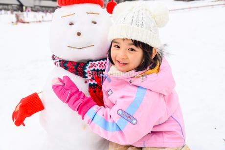 雪だるまと子供の写真素材 [FYI03121205]