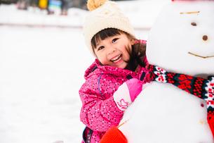 雪だるまと子供の写真素材 [FYI03121207]