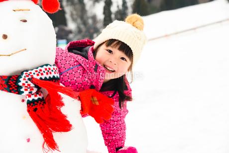 雪だるまと子供の写真素材 [FYI03121208]