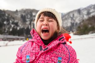 雪山の泣き顔の子供の写真素材 [FYI03121210]