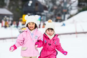 雪山で走る子供の写真素材 [FYI03121212]