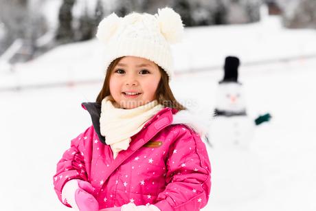 雪だるまと子供の写真素材 [FYI03121224]