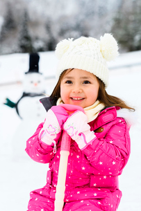 雪だるまと子供の写真素材 [FYI03121226]