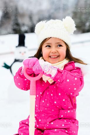 雪だるまと子供の写真素材 [FYI03121227]