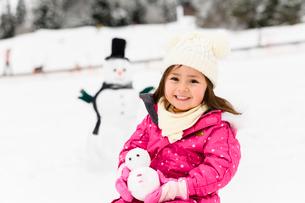 雪だるまと子供の写真素材 [FYI03121229]