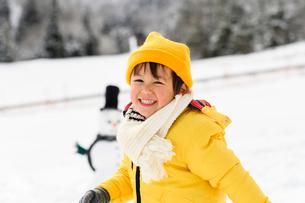 雪だるまと子供の写真素材 [FYI03121231]