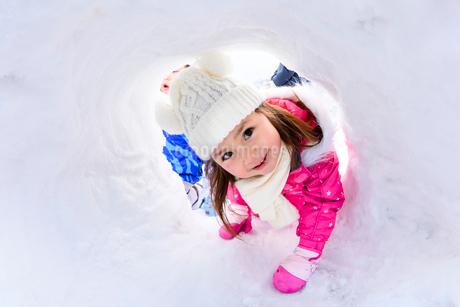 雪山でカマクラに入る子供の写真素材 [FYI03121264]