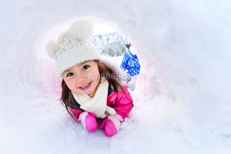 雪山でカマクラに入る子供の写真素材 [FYI03121267]