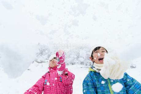 雪山で遊ぶ子供の写真素材 [FYI03121311]