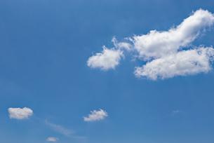 青空と白い雲の写真素材 [FYI03121392]
