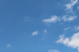 青空と白い雲の写真素材 [FYI03121393]