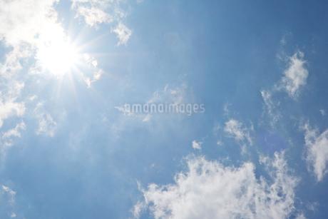 青空と太陽の写真素材 [FYI03121395]