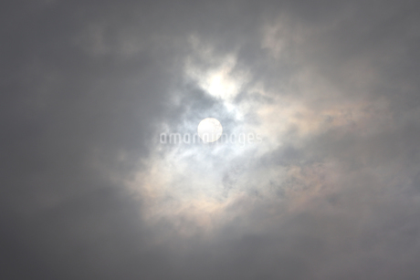 雨雲の隙間から顔を出すの写真素材 [FYI03121403]
