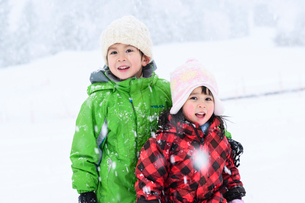 雪山の子供の写真素材 [FYI03121414]