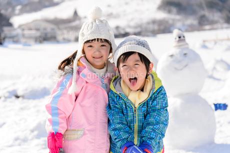 雪山で遊ぶ子供の写真素材 [FYI03121464]