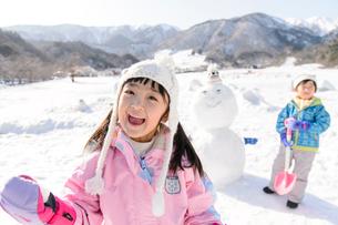 雪山で遊ぶ子供の写真素材 [FYI03121465]