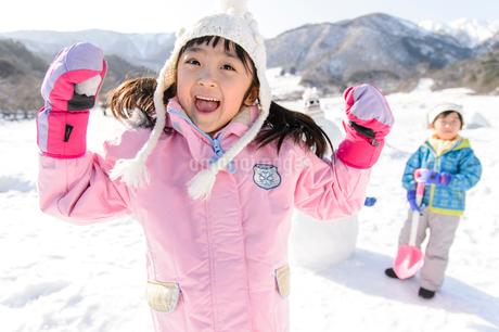 雪山で遊ぶ子供の写真素材 [FYI03121466]