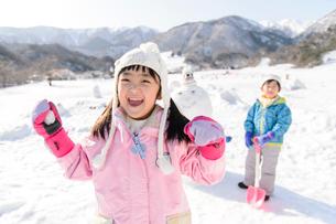 雪山で遊ぶ子供の写真素材 [FYI03121467]