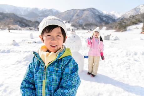 雪山で遊ぶ子供の写真素材 [FYI03121469]