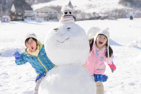 雪山で遊ぶ子供の写真素材 [FYI03121471]