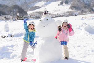 雪山で遊ぶ子供の写真素材 [FYI03121472]