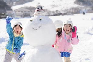 雪山で遊ぶ子供の写真素材 [FYI03121473]