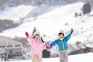 雪山で遊ぶ子供の写真素材 [FYI03121474]