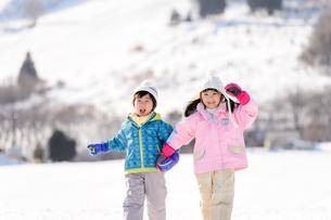 雪山で遊ぶ子供の写真素材 [FYI03121476]