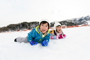 雪山の子供の写真素材 [FYI03121485]